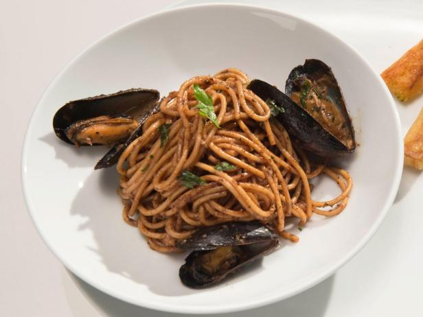 Spaghetti with Garlic Mussels in Black Olive Sauce