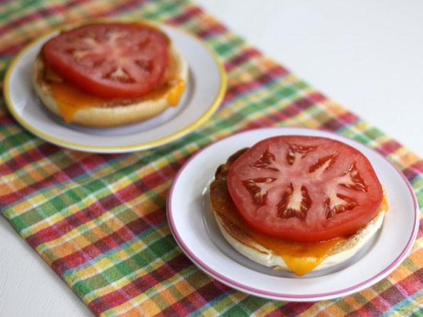 Cheesy Bagels with Sliced Tomatoes