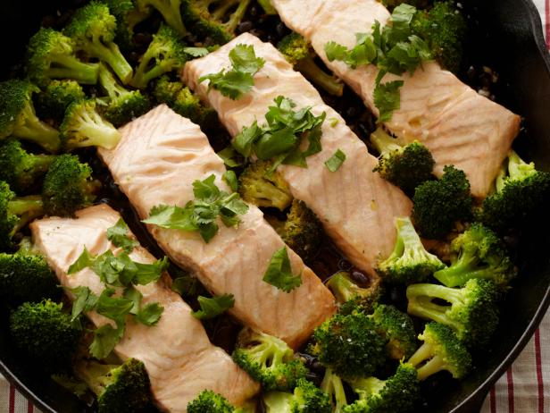 FN_FN Kitchens 20-Minute Hoisin Skillet Salmon.tif