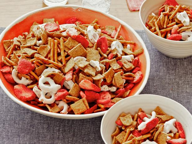 Strawberry-Pretzel Snack Mix