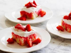 FN_Strawberry-Poke-Cake_s4x3